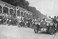 Wyścig motocyklowy na torze Opel Rennbahn 1924. Fritz von Opel w samochodzie