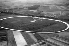 74 / 5000 Wyniki tłumaczenia Opel-Bahn Schönauer Hof, 1929. Widok z lotu ptaka na południowy zachód