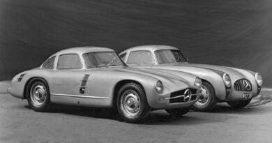 Mercedes-Benz SL - historia. Mercedes-Benz 300 SL prototyp samochodu wyścigowego na sezon 1953 W194/11 - z przodu. Za nim Mercedes 300 SL - samochód wyścigowy z 1952 toku.