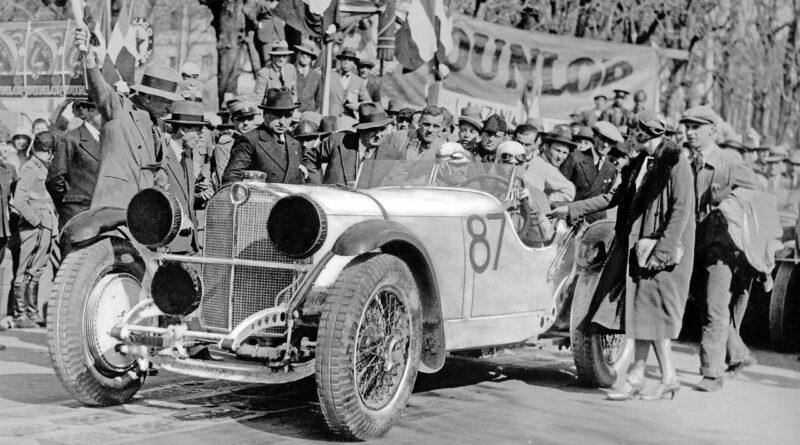 """Wyścig """"Mille Miglia"""" rozgrywany na dystansie 1000 mil rozpoczynał się i kończył w Brescii, 12/13 kwietnia 1931 r. Zwycięzca, Rudolf Caracciola, z pilotem Wilhelmem Sebastian (nr startowy 87) mijają linię mety w Mercedes-Benz SSKL (W 06 RS). Po raz pierwszy, zagraniczny kierowca został zwycięzcą w klasyfikacji generalnej tego słynnego włoskiego wyścigu"""