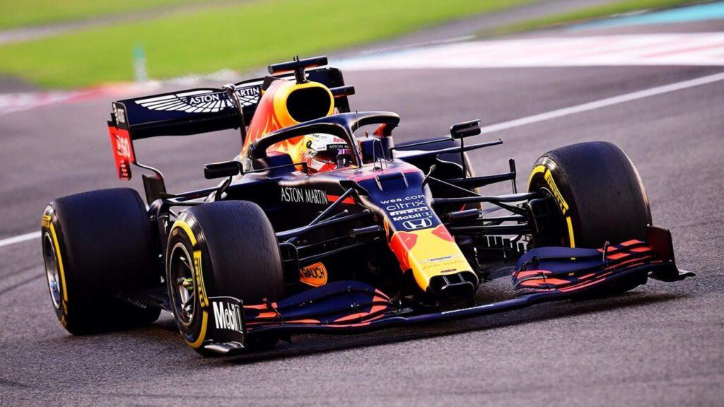 Max Verstappen w Red Bull Racing Honda w zwycięskim wyścigu na koniec sezonu 2020 Formuły 1